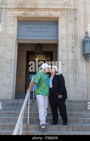 Austin, Texas, USA. 26. Juni 2015. Ingrid Ellerbee und Deanne Croan feiern auf den Stufen des Gerichtsgebäudes, - Stockfoto