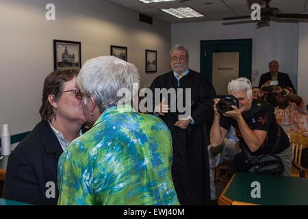 Austin, Texas, USA. 26. Juni 2015. Ingrid Ellerbee und Deanne Croan küssen einander, nachdem er in Austin, Texas, - Stockfoto