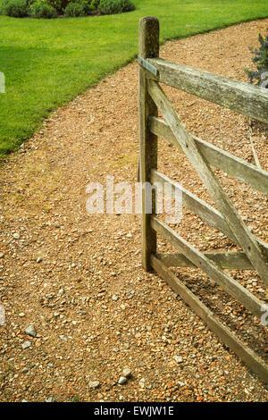 Offene Holztor führen auf einen Kies-Gartenweg - Stockfoto