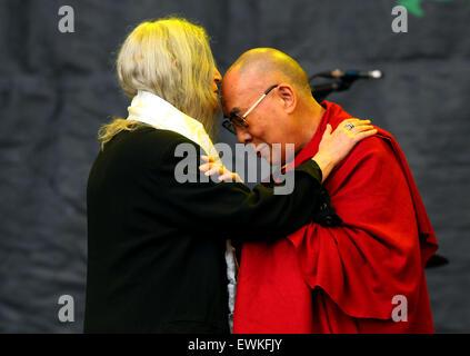 Glastonbury, UK. 28. Juni 2015.   Patti Smith begrüßt der 14. Dalmi-Lama auf die Pyramide Bühne während ihres Auftritts - Stockfoto