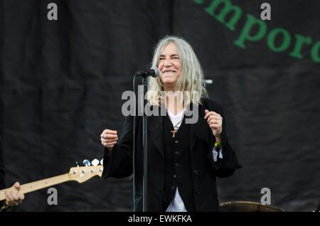Glastonbury Festival, 28. Juni 2015, England UK. Patti Smith führt live auf der Bühne der Pyramide am Finaltag des - Stockfoto