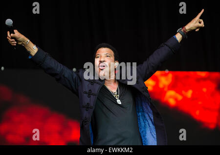 Glastonbury Festival, 28. Juni 2015, England UK. Lionel Richie führt live auf der Bühne der Pyramide am Finaltag - Stockfoto