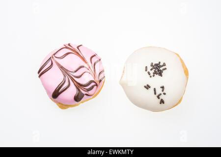 Erdbeere aromatisierte Donut und weiße Schokolade gewürzt Donut isoliert auf weißem Hintergrund - Stockfoto