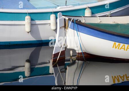 Kleine bemalte hölzerne Fischerboote, bekannt als Pointus, spiegelt sich in den Hafen von La Ciotat Provence Frankreich - Stockfoto