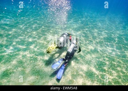 Marsa Alam, Rotes Meer, Ägypten - Tauchlehrer mit Tauchanfänger, erste Unterwasser Tauchen - Stockfoto