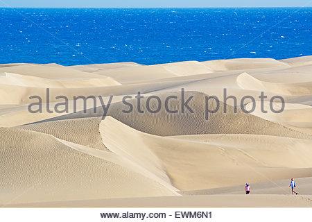 Touristen zu Fuß auf den Dünen von Maspalomas Sandstrand. erhöhten Blick, Gran Canaria, Kanarische Inseln, Spanien - Stockfoto