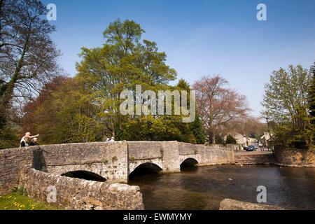 Großbritannien, England, Derbyshire, Ashford im Wasser, Besucher auf Sheepwash Brücke über Fluss Wye - Stockfoto
