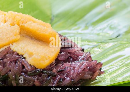 thail ndisches essen eingewickelt in bananenbl tter auf dem nachtmarkt in krabi stadt krabi. Black Bedroom Furniture Sets. Home Design Ideas