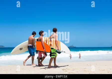 RIO DE JANEIRO, Brasilien - 24. März 2015: Gruppe von jungen brasilianischen Surfer Spaziergang am Strand von Ipanema - Stockfoto