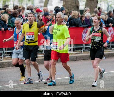 Den London-Marathon-Läufer kämpfen vor Schmerzen während der letzten Kilometer des London Marathons 2015 vor Soldatentum - Stockfoto