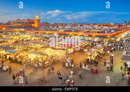 Djemaa el-Fna Platz bei Dämmerung, Marrakech Medina, Marokko, Afrika Stockfoto