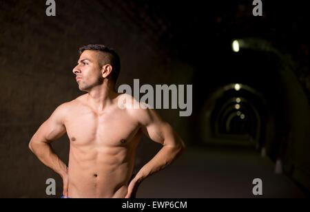 Junge Latin Mann posiert im Tunnel ohne Hemd - Stockfoto