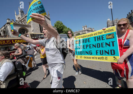 London, UK. 30. Juni 2015. Protest gegen das unabhängige Leben Fonds (ILF) von behinderten Menschen gegen Kürzungen - Stockfoto