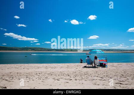 Aberdovey, Wales, UK. 30. Juni 2015. Mit Temperaturen nähert sich 30 Grad genießen Urlauber Zeit am Strand in Aberdovey, - Stockfoto