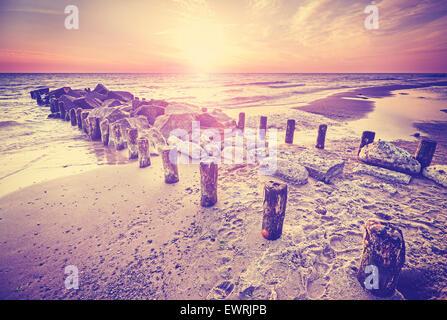 Retro-Vintage-Stil schönen Sonnenuntergang über der Ostseeküste mit Lens-Flare-Effekt, Miedzyzdroje in Polen. - Stockfoto