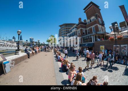 South Bank, London, UK. 30. Juni 2015. UK-Wetter: Wolkenlos blauer Himmel und Temperaturen schlagen 29 Grad in der - Stockfoto