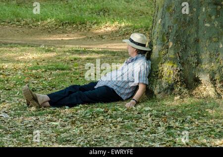 Hyde Park, London, UK. 30. Juni 2015. Menschen, die das warme Wetter zu genießen, wie die Temperatur 29 Grad in - Stockfoto