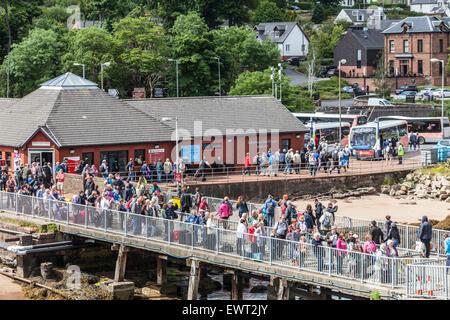Passagiere warten in Brodick Pier an Bord der Arran Ferry, während andere aussteigen. Kasse und Busverbindungen - Stockfoto