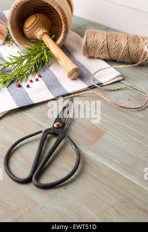 Trauben von Rosmarin und Thymian mit altmodischen Schere. Holztisch Hintergrund. - Stockfoto
