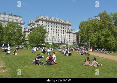 LONDON - 13 2015:Visitors im Green Park am kann genießen einen sonnigen Tag in London. Laut der britischen Wettervorhersage - Stockfoto