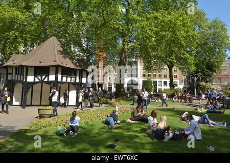 LONDON - 13 Mai 2015:Visitors am Soho Square an sonnigen Tag in London. Laut der britischen Wettervorhersage sind - Stockfoto