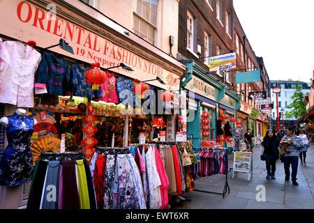 LONDON - kann 13 2015:Visitors in Chinatown in Stadt von Westminster London.es enthält eine Reihe von chinesischen - Stockfoto
