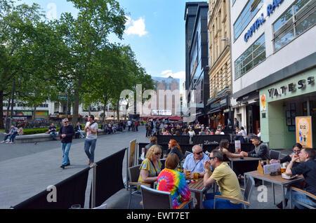 LONDON - 13 Mai 2015:Visitors in Leicester Square-London-Großbritannien. Der Platz ist die erstklassige Lage in - Stockfoto