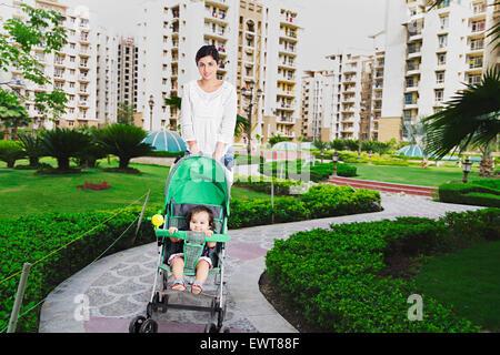 indische Mutter und Kind Baby Walking park - Stockfoto