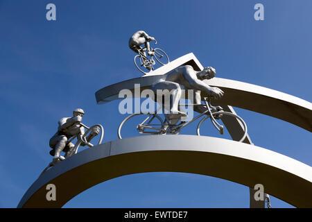 """Ein Denkmal zu Ehren der Tour de France zwischen Pau und Tarbes auf der Raststätte """"der Pyrenäen"""", des französischen A64."""