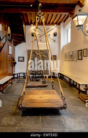 Innenraum der wiegen Hexenhaus (Heksenwaag) mit Blick auf die historische Waage, Oudewater, Utrecht in den Niederlanden. - Stockfoto