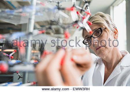 Wissenschaftler untersuchen Molekül Modell im Labor hautnah - Stockfoto