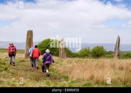 Besucher per Dauerauftrag Machrie Moor mit Steinen Stein Cirles auf Isle of Arran, North Ayrshire, Strathclyde, - Stockfoto
