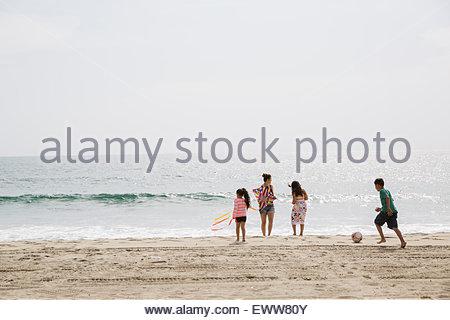kinder spielen mit ball am strand stockfoto bild 42039569 alamy. Black Bedroom Furniture Sets. Home Design Ideas