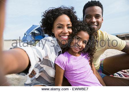 Porträt, Lächeln Familie am Strand - Stockfoto