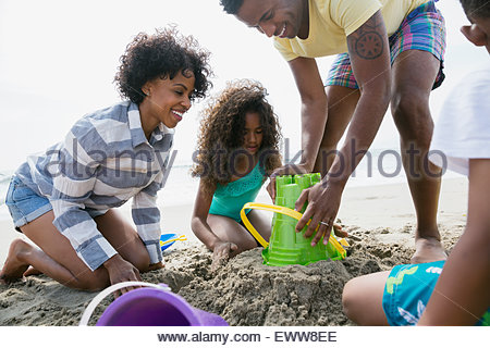 Familie Sandburg am Strand - Stockfoto