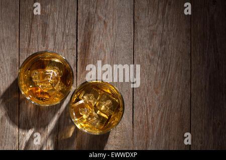 Gläser Whisky mit Eis auf Holztisch. Draufsicht mit Textfreiraum - Stockfoto