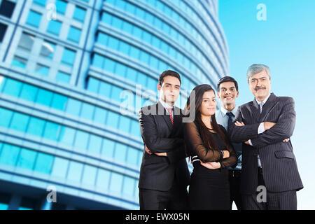 4 indische Business Partner stehende pose - Stockfoto