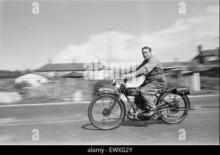 Ein Oldtimer Motorrad-Enthusiasten, für einen Sonntag Ritt auf seinem 1928 AJS Motorrad in Basingstoke. September - Stockfoto