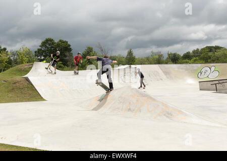 Drei jungen im Teenageralter mit einem Skateboard Park in Cannington, Ontario Kanada - Stockfoto