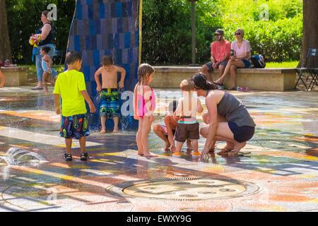 Kinder spielen am Donners Park, ein Splash Park in der Innenstadt von Oklahoma City, Oklahoma in den unzähligen - Stockfoto