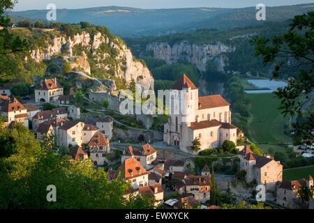 Am frühen Morgen über Saint-Cirq-Lapopie, Lot-Tal, Midi-Pyrenäen, Frankreich - Stockfoto