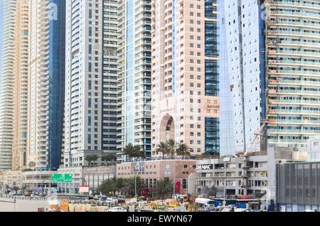 Basis des höchsten Blocks in der Welt - Dubai Marina, Vereinigte Arabische Emirate, mit mehrere Hochhäuser von durchschnittlich - Stockfoto