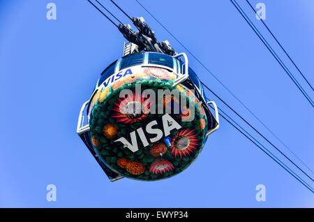 VISA-Logo auf der Seilbahn die Tafelberg Seilschwebebahn, Kapstadt, steigt in den Himmel über den Wolken - Stockfoto