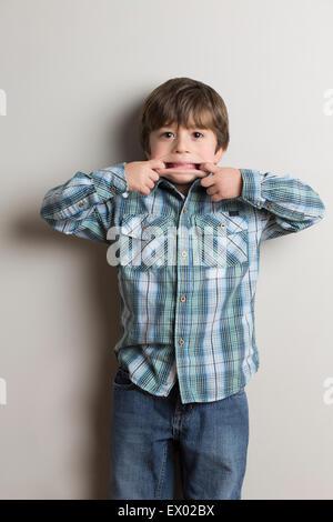 Porträt des jungen, lustiges Gesicht machen - Stockfoto