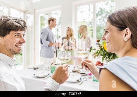 Junges Paar Glas Champagner bei Familie Geburtstagsparty machen - Stockfoto