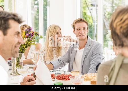 Familie Erwachsene Chat am Geburtstag Party Tisch - Stockfoto