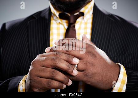 Studio-Porträt der Mitte adult Geschäftsmann berühren seinen Ehering hautnah - Stockfoto