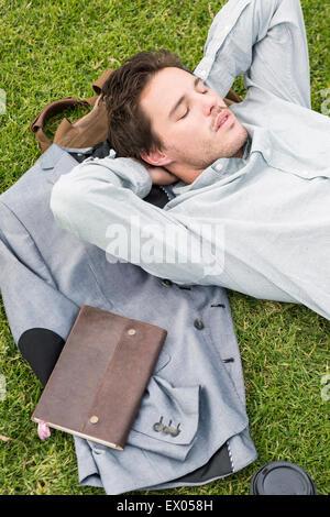 Geschäftsmann, schlafen auf dem Rasen, hoher Winkel - Stockfoto