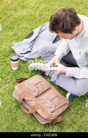 Geschäftsmann mit Handy im Park, hoher Winkel - Stockfoto