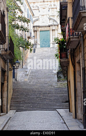 Blick auf den Haupteingang des St. Mary Cathedral in der Altstadt von Girona. Katalonien. Spanien. - Stockfoto
